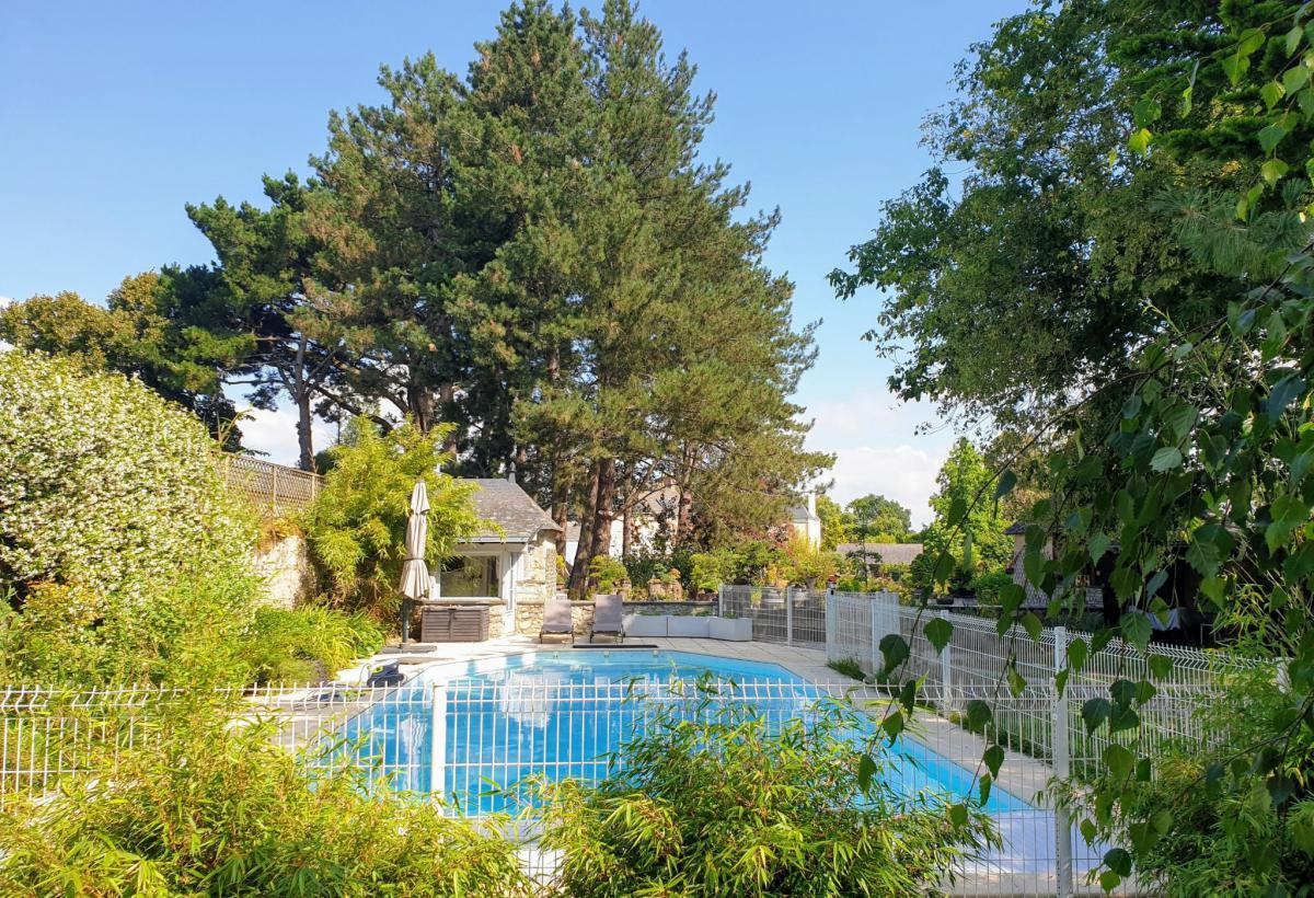 Maison 6 chambres jardin piscine dépendances
